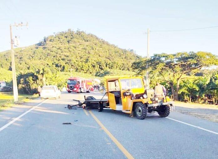 Em maio deste ano, acidente entre Fiat Uno e Gibata foi mais um exemplo do perigo que os produtores rurais correm na Rodovia Saul Silva. Foto Arquivo/Marazul.