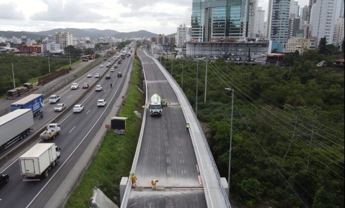 A nova ponte tem 426 metros de extensão e deve melhorar a mobilidade e segurança viária da região.