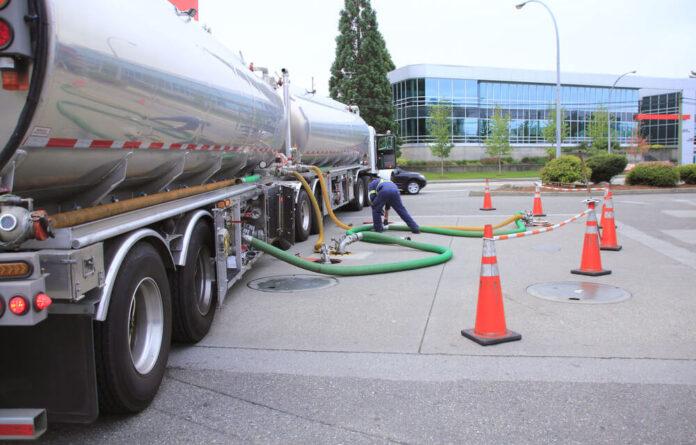 postos de combustiveis são reabastecidos pelos caminhões no Norte de Santa Catarina.