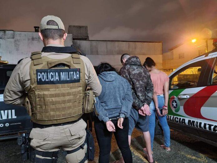 Duas mulheres e um homem foram presos com 4kg de maconha em um veículo de aplicativo. Foto: Divulgação