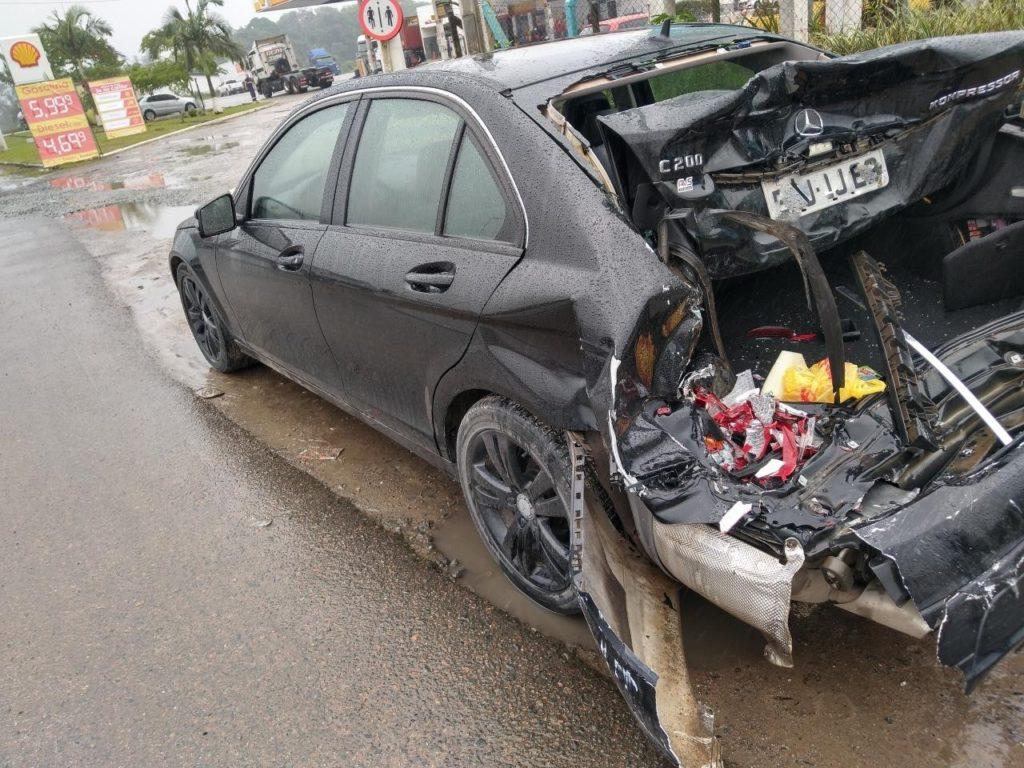 Caminhão sobe na mureta após bater atrás de um carro