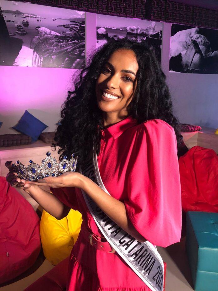 Bruna Valim é a primeira Miss Universo Santa Catarina negra após mais de 60 anos — Foto: Carolina Fernandes/ g1 SC